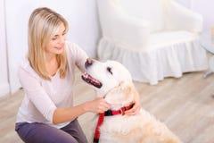 Femme agréable ayant l'amusement avec un chien Image libre de droits