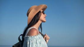 Femme agréable de hippie de voyage admirant le beau paysage marin au coucher du soleil ayant l'émotion positive banque de vidéos