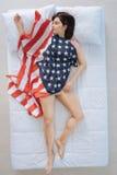 Femme agréable joyeuse ayant un rêve patriotique image libre de droits