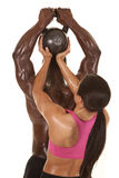 Femme aidant l'homme à soulever le poids de retour Image stock