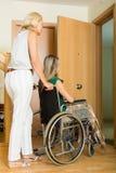 Femme aidant la fille handicapée Images stock