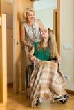 Femme aidant la fille handicapée Photo libre de droits