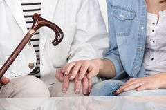 Femme aidant un aîné Image libre de droits