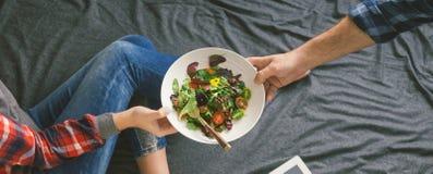 Femme aimée de lit de nourriture d'homme Amour et soin de concept Photos libres de droits