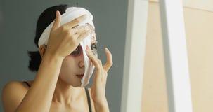 Femme ajustant le maquillage de Halloween sur le visage banque de vidéos