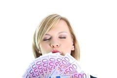 Femme allègre avec 500 euro notes Image libre de droits
