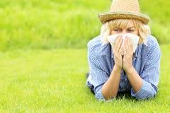Femme allergique à l'herbe photos libres de droits