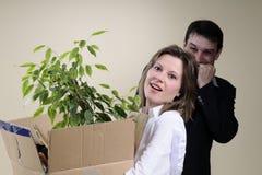 femme allumée et bossage souriant à l'arrière-plan photographie stock libre de droits