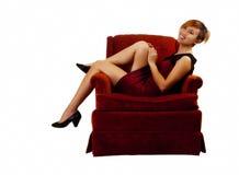 Femme américaine asiatique de sourire s'asseyant dans la robe rouge Photographie stock