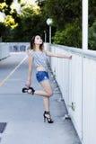 Femme américaine asiatique en Jean Shorts And Shirt Photos stock