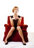 Femme américaine asiatique mince s'asseyant dans la chaise Photo stock