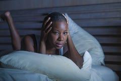 Femme américaine de jeune africain noir déprimé triste dans l'insomnie de souffrance inquiétée désespérée de problème de dépressi images stock