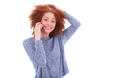 Femme américaine de jeune africain noir faisant un appel téléphonique sur son SM Images stock