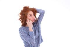 Femme américaine de jeune africain noir faisant un appel téléphonique sur son SM Photo libre de droits