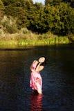 Femme américaine japonaise attirante se tenant en rivière Photographie stock libre de droits
