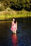 Femme américaine japonaise de sourire se tenant en rivière Photographie stock