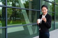 Femme amicale d'avocat détendant dans le couloir extérieur Images stock