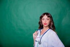 Femme amicale de docteur avec le stéthoscope sur le fond vert Personnel médical à l'hôpital Professionnels de soins de santé photo libre de droits