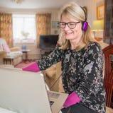 Femme amusée avec l'ordinateur portable, regardant le contenu drôle image libre de droits