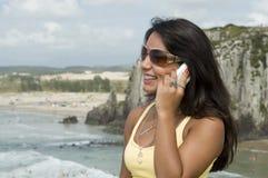 Femme appelant de la plage photos stock