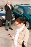 Femme appelle l'assurance après crash d'accidents de véhicule Photographie stock libre de droits