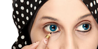 Femme appliquant l'eye-liner Photographie stock