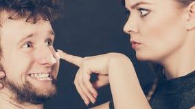 Femme appliquant la crème à son visage d'homme Photo stock