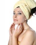 Femme appliquant la crème Photographie stock libre de droits