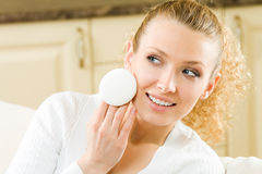 Femme appliquant la crème Photographie stock
