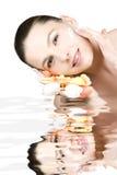 Femme appliquant la crème de peau Photographie stock libre de droits