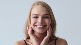Femme appliquant la crème pour faire face, concept de soins de la peau banque de vidéos