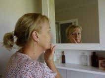 Femme appliquant le maquillage Photo libre de droits