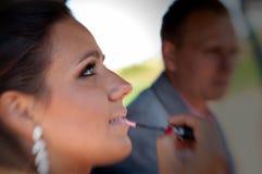 Femme appliquant le maquillage dans la voiture image stock