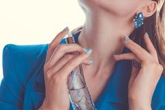 Femme appliquant le parfum sur son cou Images stock