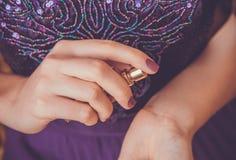 Femme appliquant le parfum sur son poignet Photo libre de droits
