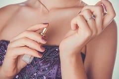 Femme appliquant le parfum sur son poignet Image libre de droits