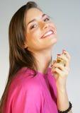 Femme appliquant le perfurme sur son cou images stock