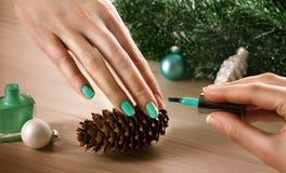 Femme appliquant le vernis d'ongle aux ongles de doigt Images libres de droits