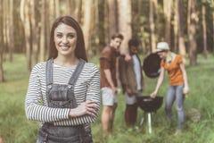 Femme appréciée s'chargeant du pique-nique avec des amis Photos stock