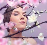 Femme appréciant au printemps photographie stock libre de droits