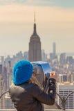 Femme appréciant dans la vue panoramique de New York City Photo stock