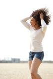 Femme appréciant l'été à la plage Photos libres de droits