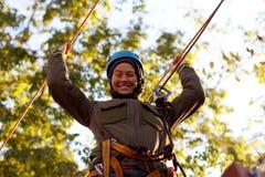 Femme appréciant l'activité en parc de corde photographie stock