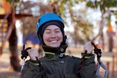 Femme appréciant l'activité en parc de corde photographie stock libre de droits
