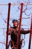 Femme appréciant l'activité en parc de corde photos stock