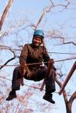 Femme appréciant l'activité en parc de corde image libre de droits