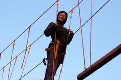 Femme appréciant l'activité en parc de corde photo stock