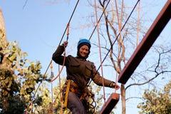 Femme appréciant l'activité en parc de corde images stock