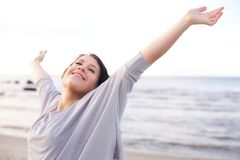 Femme appréciant l'air frais de la mer Photo stock