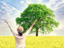 Femme appréciant l'heure d'été dans le domaine jaune Image libre de droits